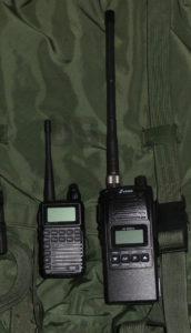 Rechts das Stabo xh 9006e CB Funkgerät und links daneben das Team Tecom-PS in der PMR Version.